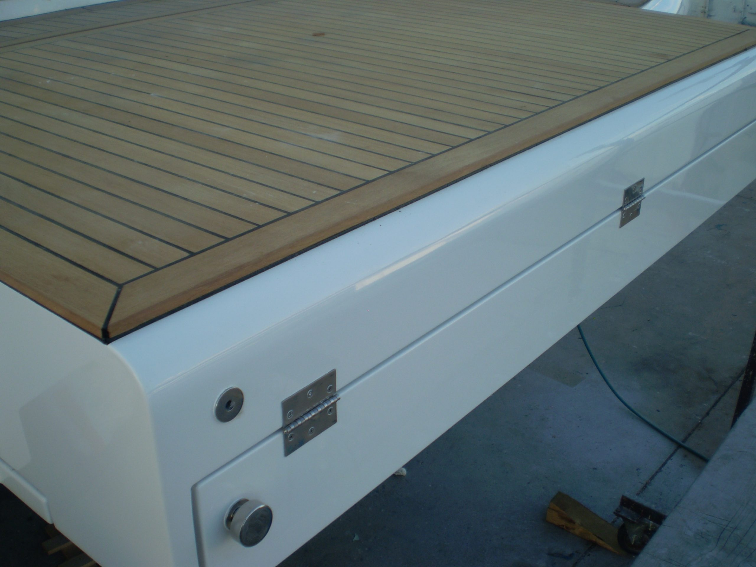 Yacht swimming platform